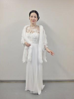 写真は、ドレス姿ですが、なんとウン百万円のファーをロイヤル チエさまより提供して頂きましたー! (☆∀☆)  お蔭さまでゴージャスなお衣装で「また君」を歌う事が
